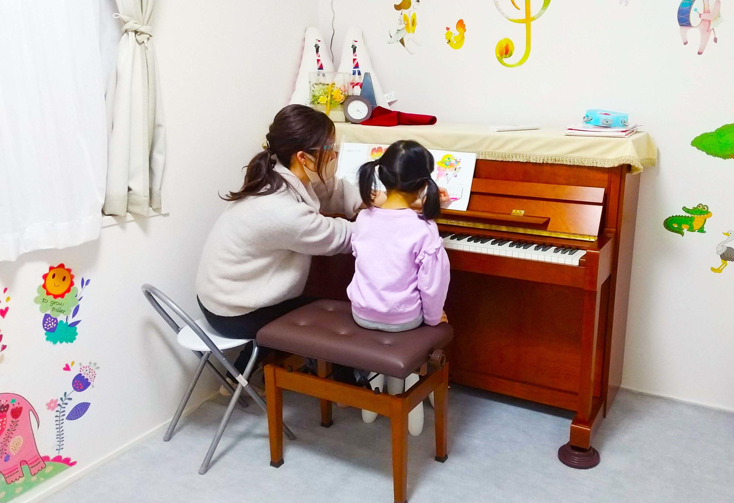 船橋市海神西船橋フォーキッズ海神ピアノ教室でオーダーメイド個人レッスン実施中。レッスンに夢中な4歳児